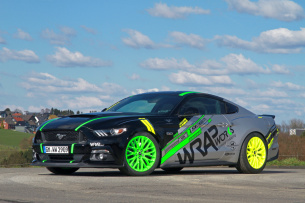 Ford Mustang im Neon-Outfit